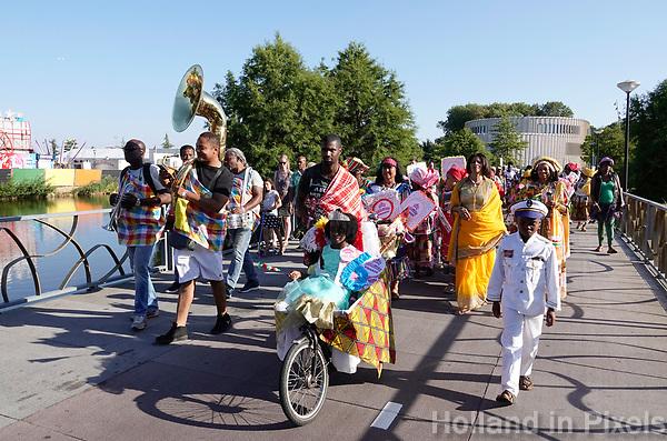 Nederland Amsterdam -  juli 2018.    Amsterdam viert 50 jaar Bijlmer. De SouthEast Parade. Deze parade wordt georganiseerd om de diversiteit van Amsterdam Zuidoost te laten zien. Groep met roots in Suriname.   Foto mag niet in negatieve context gepubliceerd worden.     Foto Berlinda van Dam /  Hollandse Hoogte
