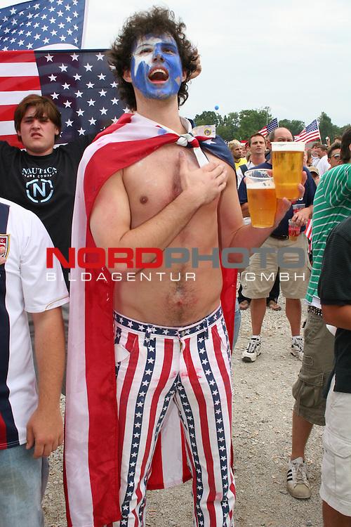 FIFA WM 2006 -  Fan Meile Nuernberg<br /> <br /> USA - Ghana<br /> <br /> <br /> USA Fan singt vor Beginn des Spiels die Nationalhymne.<br /> <br /> USA Fan mit USA Flagge im Gesicht und zwei bier in der Hand.<br /> <br /> Foto: nordphoto