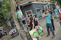 Die Berliner Gruenen starteten am Samstag den 30 Juli 2016 in den Straßen-Wahlkampf zur Agbeordnetenhauswahl im September 2016.<br /> Die Landesvorsitzenden Daniel Wesener (auf der Leiter) und Bettina Jarasch (rechts) sowie die Fraktionsvorsitzenden Ramona Pop (mitte) und Antje Kapek (hinten links) haengten im Prenzlauer Berg Wahlplakate auf.<br /> 30.7.2016, Berlin<br /> Copyright: Christian-Ditsch.de<br /> [Inhaltsveraendernde Manipulation des Fotos nur nach ausdruecklicher Genehmigung des Fotografen. Vereinbarungen ueber Abtretung von Persoenlichkeitsrechten/Model Release der abgebildeten Person/Personen liegen nicht vor. NO MODEL RELEASE! Nur fuer Redaktionelle Zwecke. Don't publish without copyright Christian-Ditsch.de, Veroeffentlichung nur mit Fotografennennung, sowie gegen Honorar, MwSt. und Beleg. Konto: I N G - D i B a, IBAN DE58500105175400192269, BIC INGDDEFFXXX, Kontakt: post@christian-ditsch.de<br /> Bei der Bearbeitung der Dateiinformationen darf die Urheberkennzeichnung in den EXIF- und  IPTC-Daten nicht entfernt werden, diese sind in digitalen Medien nach §95c UrhG rechtlich geschuetzt. Der Urhebervermerk wird gemaess §13 UrhG verlangt.]