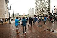 SÃO PAULO,SP, 03.11.2015 - PROTESTO-SP - Motoristas de veículos com caçamba interditam o Viaduto do Chá, na região central da cidade de São Paulo, em frente ao prédio da Prefeitura, para protestar contra a nova lei de descarte de resíduos da construção civil nesta terça-feira, 3. Os manifestantes também bloquearam as Ruas Boa Vista, Líbero Badaró e a Praça da Sé. Os caçambeiros se opõem à resolução 58 da Autoridade Municipal de Limpeza Urbana (Amlurb), órgão vinculado à Secretaria Municipal de Serviços, que determina um controle mais rigoroso do descarte de sobras e um cadastro online de todos o caminhões usados na atividade. (Foto: Gabriel Soares/Brazil Photo Press)