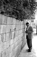 Cette homme est le responsable d'un quartier de la municipalité de Nusaybin. Il faut passer par lui pour rencontrer les familles qui ont fui la Syrie. Cela prend du temps car les familles ont peur et elles sont dispersées dans toute la ville. Ici, on attend le feu vert par téléphone dans une rue adjacente. Il y a environ 2500 syriens qui sont arrivés de Qamislo, presque exclusivement des kurdes.<br /> <br /> This man is the head of a district of the municipality of Nusaybin. We must go through him to meet the families who have fled Syria. It takes time because families are afraid and they are scattered throughout the city. Here, the green light by phone is expected in an adjacent street. There are about 2,500 Syrians who have arrived from Qamislo almost exclusively Kurdish.