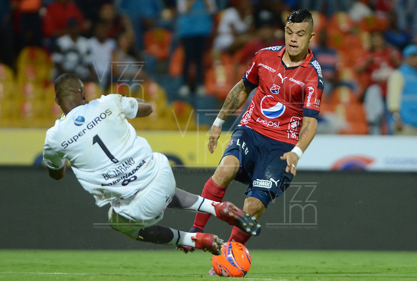 MEDELLÍN -COLOMBIA-13-05-2017: Leonardo Castro (Der) jugador del Medellín disputa el balón con Carlos Bejarano (Izq) arquero del America durante el encuentro entre Independiente Medellín y America de Cali por la fecha 18 de la Liga Águila I 2017 jugado en el estadio Atanasio Girardot de la ciudad de Medellín. / Leonardo Castro (R) player of Medellin vies for the ball with Carlos Bejarano (L) goalkeeper of America during match between Independiente Medellin and America de Cali for date 18 of the Aguila League I 2017 at Atanasio Girardot stadium in Medellin city. Photo: VizzorImage/ León Monsalve / Cont