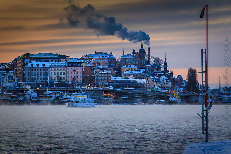 Kall vinter med Djurgårdsfärjan vid Slussen Stockholm