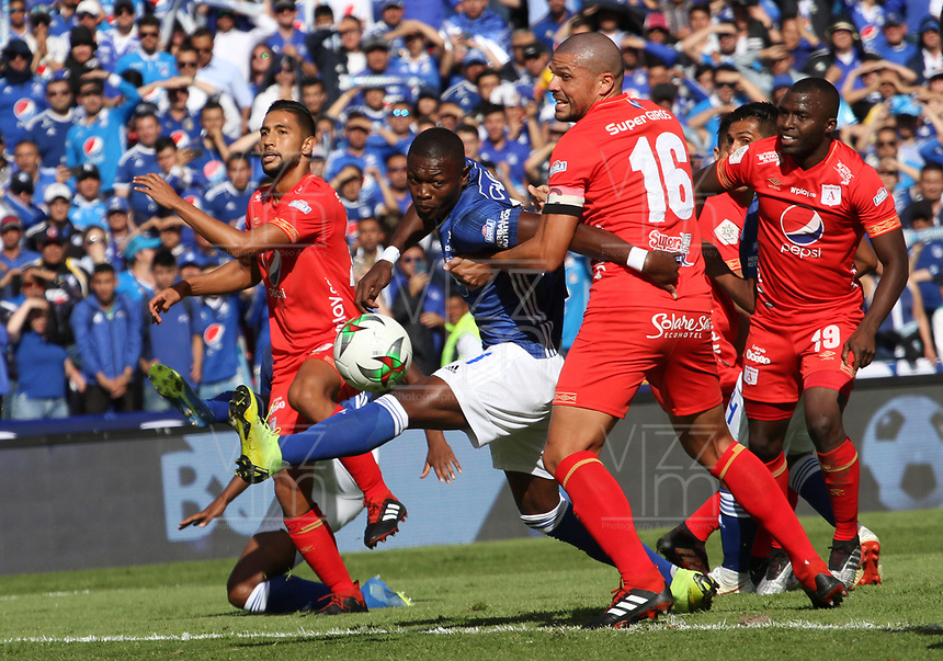 BOGOTÁ- COLOMBIA,5-06-2019:Fabian Gonzalez Lasso (Izq.) jugador de Millonarios disputa el balón con Juan Pablo Segovia (Der.) jugador del  América de Cali durante el sexto partido de los cuadrangulares finales de la Liga Águila I 2019 jugado en el estadio Nemesio Camacho El Campín de la ciudad de Bogotá. /:Fabian Gonzalez Lasso  (L) player of Millonarios fights the ball  against of Juan Pablo Segovia (R) player of America de  Cali during the sixth match for the quarter finals B of the Liga Aguila I 2019 played at the Nemesio Camacho El Campin stadium in Bogota city. Photo: VizzorImage / Felipe Caicedo / Staff
