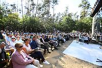 Viele Besucher bei der Eröffnungsfeier der Lern- und Gedenkstätte