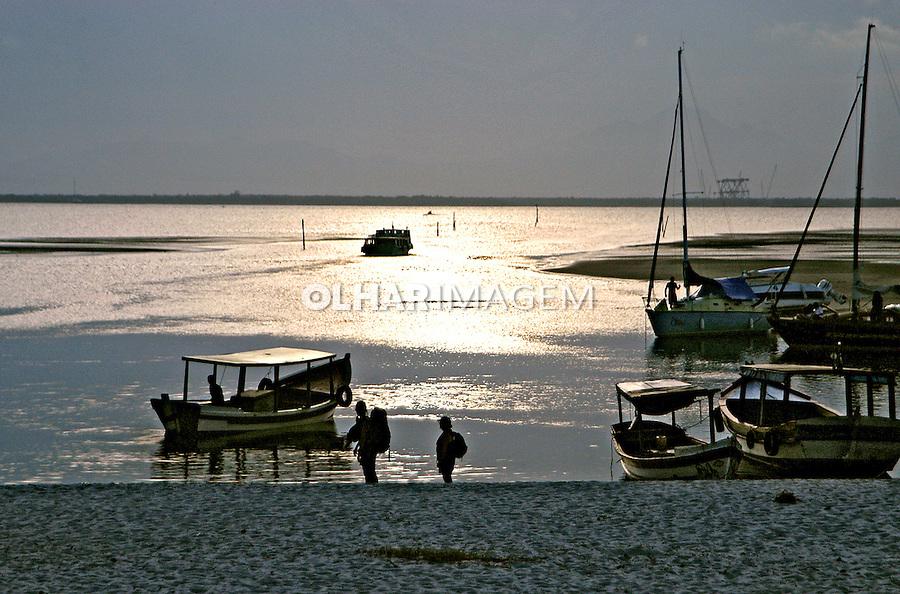 Barcos na praia. Ilha do Mél. Paraná. 2006. Foto de Thais Falcão.