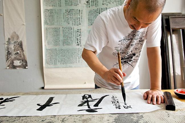 Le calligraphe Wang Jian, directeur du Musee de l'Ecole des Beaux arts de Canton, au cours d'une seance de travail. Canton/Chine/
