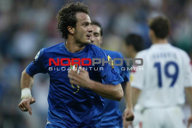 U21 - EM 2004 - Finale<br /> Serbien und Montenegro vs. Italien 0:3<br /> Jubel bei Alberto Gilardino von Italien. Er schoss das 3:0.<br /> Foto &copy; nordphoto - Ruediger Lampe<br /> <br /> <br /> <br />  *** Local Caption *** Foto ist honorarpflichtig! zzgl. gesetzl. MwSt.<br />  Belegexemplar erforderlich<br /> Adresse: nordphoto<br /> Georg-Reinke-Strasse 1<br /> 49377 Vechta
