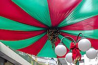 SÃO PAULO, SP, 21.11.2015- NATAL-DECORAÇÕES - Decoração de natal enfeita rua da região central de São Paulo na tarde deste sábado, 21. (Foto: Renato Mendes / Brazil Photo Press)