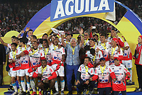 BOGOTÁ- COLOMBIA,12-06-2019:Jugadores del Atlético Junior celebran después de ganar la final  vuelta de la Liga Águila I 2019 contra el Deportivo Pasto jugado en el estadio Nemesio Camacho El Campín de la ciudad de Bogotá. /  Players of Atletico Junior celebrate with the trophy League Final 2019 between Deportivo Pasto and Atletico Junior during the match of the final round of Liga Águila I 2019 played at the Nemesio Camacho El Campín stadium in the city of Bogotá.. Photo: VizzorImage / Felipe Caicedo / Staff