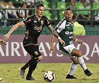 PALMIRA - COLOMBIA, 04-04-2019: Cesar Amaya del Cali disputa el balón con Jorge Mendoza del Guarani durante partido por la primera ronda de la Copa CONMEBOL Sudamericana 2019 entre Deportivo Cali de Colombia y Club Guaraní de Paraguay jugado en el estadio Deportivo Cali de la ciudad de Palmira. / Cesar Amaya of Cali vies for the ball with Jorge Mendoza of Guarani during match for the first round as part Copa CONMEBOL Sudamericana 2019 between Deportivo Cali of Colombia and Club Guarani of Paraguay played at Deportivo Cali stadium in Palmira city.  Photo: VizzorImage / Gabriel Aponte / Staff
