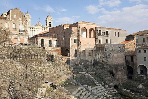 Catane, Sicile, Italie, spet 2015. Amphitheatre grec. Au cours des siecles, les siciliens se sont reapropries la ruine en construisant des maisons a meme l'amphitheatre en utilisant les pierres sur place.