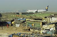 Indien Megacity Metropole Mumbai Bombay, JET Airways Flugzeug auf Rollbahn des Flughafens, Stadtverwaltung hat illegale Huetten im Slum am Flughafen im Stadtteil Andheri abgerissen / INDIA Mumbai Bombay, Jet Airways plane at airport and demolished illegal slum in suburban Andheri close to international airport