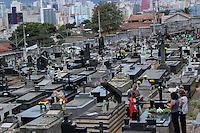 BELO HORIZONTE,MG, 02.11.2016 – FINADOS-MG – Movimentação no Cemitério do Bonfim, no bairro Bonfim, em Belo Horizonte, no dia de finados, nesta quarta-feira, 02 (Foto: Doug Patricio/Brazil Photo Press)