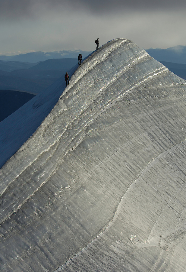 Mountain climbing, alpinism on the ridge crest of the Kebnekaise mountain, 2104 meters, Giebnegaise, Lappland, Lapland, Norrbotten, Sweden, Mountaineers Camilla Antonsson, Fidde Jönsson and Pontus Tengvall