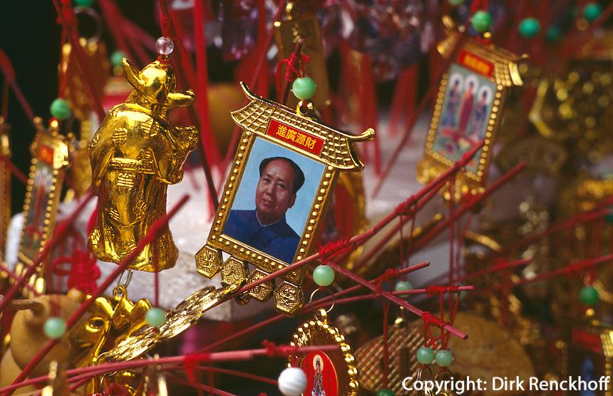 Amulettverkauf mit Mao-Bild vor Tempel, Kanton, China
