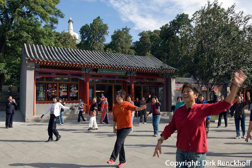 China, Peking (Beijing), Gymnastik auf der Insel Qiongdao  im Beihai (Nördlicher See)
