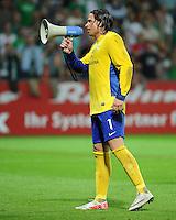FUSSBALL   1. BUNDESLIGA   SAISON 2011/2012    5. SPIELTAG SV Werder Bremen - Hamburger SV                         10.09.2011 Torwart Tim WIESE (Bremen) mit einem Megaphon auf dem Platz