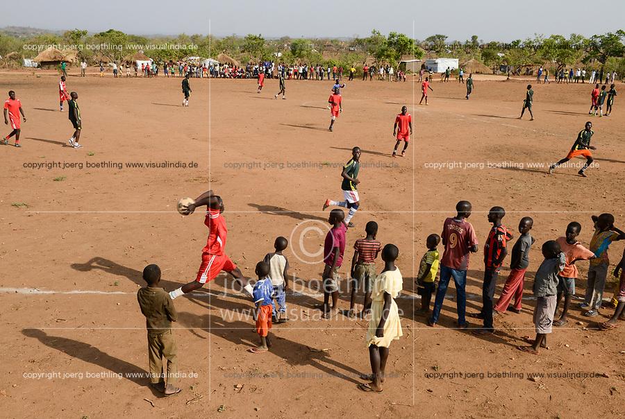 UGANDA, Arua, Yumbe, south sudanese refugees in Bidi Bidi refugee settlement , young people play soccer / suedsudanesische Fluechtlinge im Fluechtlingslager Bidi Bidi, Fussball Platz