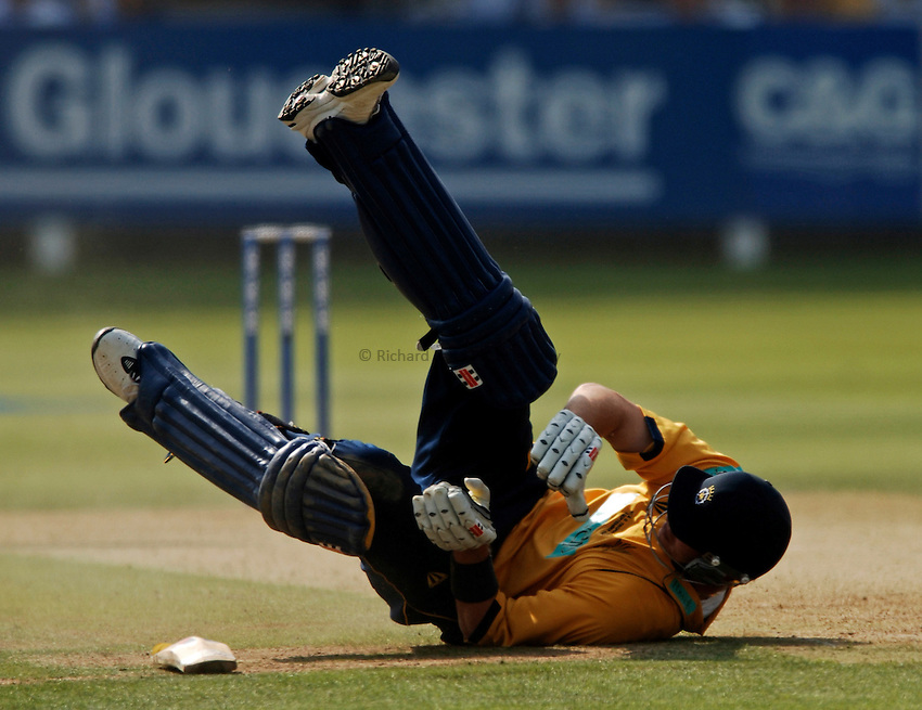 Photo: Glyn Thomas..Hampshire v Warwickshire. C&G Trophy Final..03/09/2005..Hampshire's Chris Tremlett dives to make his ground.