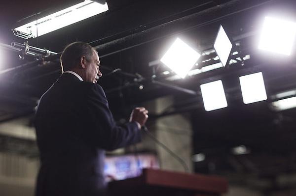JL02 WASHINGTON (ESTADOS UNIDOS) 21/7/2011.- El presidente de la Cámara de Representantes, el republicano John Boehner, llega a la rueda de prensa que ha ofrecido para informar sobre las negociaciones del presupuesto, en el Capitolio en Washington, Estados Unidos, hoy, jueves, 21 de julio de 2011. En la actualidad las negociaciones se centran en recortar el déficit. EFE/Jim Lo Scalzo.