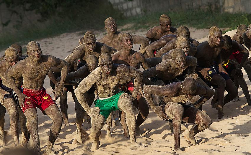 Senegal, 21-09-2011, Lutte, Senegalees Worstelen is in enkele jaren uitgegroeid tot de populairste volkssport in Senegal en Gambia. De atleten trainen en vechten dagelijks , liefst op het strand. Een paar keer per jaar vinden er grote toernooien plaats in stadions waar de beste worstelaars zich met elkaar kunnen meten..foto Michael Kooren