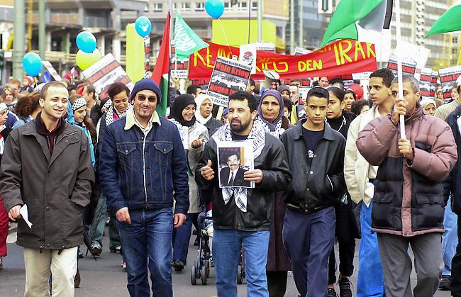 Demonstration gegen den Krieg<br /> Mehrere zehntausend Menschen demonstrierten am Sonnabend den 26. Oktober 2002 in Berlin unter dem Motto &quot;Verhindert den Krieg bevor er beginnt&quot; gegen einen moeglichen Krieg gegen den Irak. Friedensinitiativen in den USA hatten fuer den 26. Oktober zu einem weltweiten Protesttag (Global Action Day) aufgerufen. Die Demonstration in Berlin wurde organisiert von dem Buendnis &quot;Achse des Friedens&quot;.<br /> Hier: Palaestinensische un irakische Demonstrationsteilnehmer demonstrieren Solidaritaet mit Saddam Hussein.<br /> Berlin, 26.10.2002<br /> Copyright: Christian-Ditsch.de<br /> [Inhaltsveraendernde Manipulation des Fotos nur nach ausdruecklicher Genehmigung des Fotografen. Vereinbarungen ueber Abtretung von Persoenlichkeitsrechten/Model Release der abgebildeten Person/Personen liegen nicht vor. NO MODEL RELEASE! Nur fuer Redaktionelle Zwecke. Don't publish without copyright Christian-Ditsch.de, Veroeffentlichung nur mit Fotografennennung, sowie gegen Honorar, MwSt. und Beleg. Konto: I N G - D i B a, IBAN DE58500105175400192269, BIC INGDDEFFXXX, Kontakt: post@christian-ditsch.de<br /> Bei der Bearbeitung der Dateiinformationen darf die Urheberkennzeichnung in den EXIF- und  IPTC-Daten nicht entfernt werden, diese sind in digitalen Medien nach &sect;95c UrhG rechtlich geschuetzt. Der Urhebervermerk wird gemaess &sect;13 UrhG verlangt.]