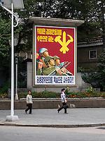 Plakatwand in Kaesong, Nordkorea, Asien<br /> Propaganda Billboard in Kaesongl, North Korea, Asia