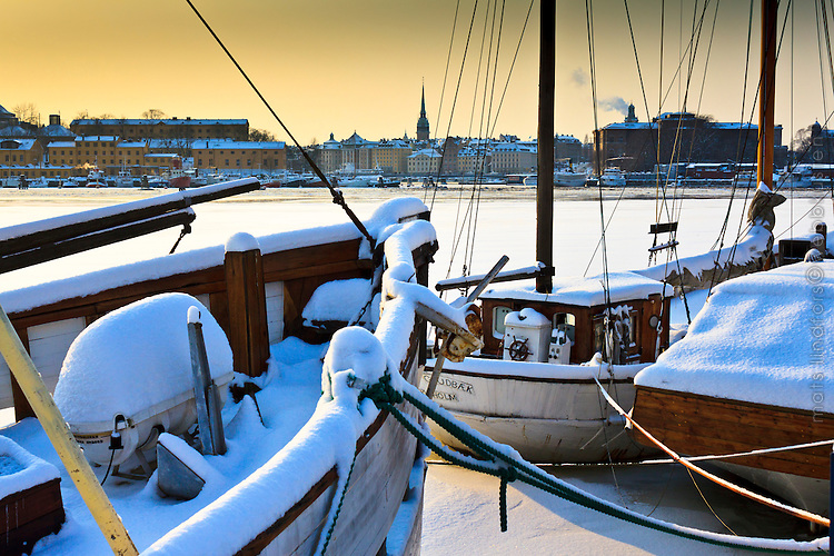 Isen har lagt sig och det är snö på skutor på Djurgården i Stockholm