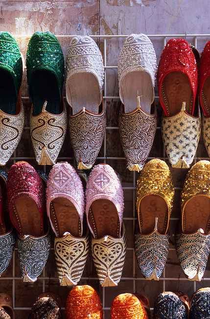 UNITED ARAB EMIRATES, DUBAI, SOUK, STREET SCENE, COLORFUL SHOES