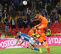 BOGOTA - COLOMBIA, 29-09-2017:Andres Cadavid (Iqu.) jugador  de Millonarios  disputa el balón con Cristian Arrieta(Der.) de Envigado FC durante partido por la fecha 14 de la Liga Águila II 2017 jugado en el estadio Nemesio Camacho  El Campín  de la ciudad de Bogotá . / Andres Cadavid (L) player of Millonarios  struggles the ball with Cristian Arrieta (R) player of Envigado FC during match for the date 14 of the Aguila League II 2017 played at Nemesio Camacho El Campín stadium in Bogota city. Photo: Vizzorimage / Felipe Caicedo / Staff