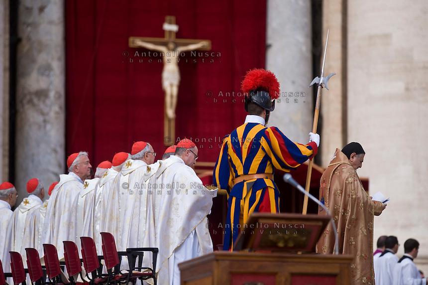 Cardinali in Piazza San Pietro durante la cerimonia di canonizzazione. The canonization ceremony in St. Peter's Square at the Vatican.