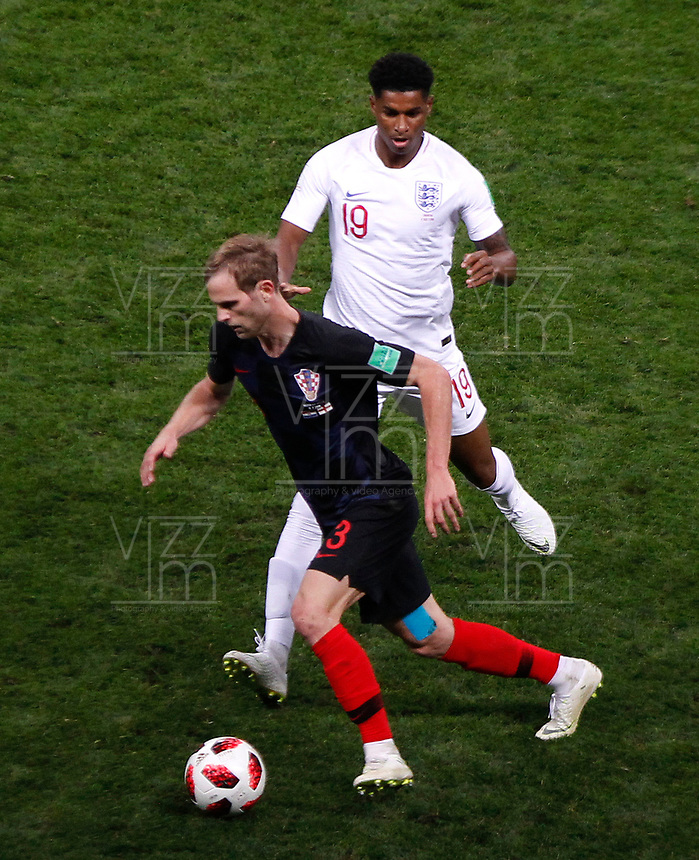 MOSCU - RUSIA, 11-07-2018: Ivan STRINIC (Izq) jugador de Croacia disputa el balón con Marcus RASHFORD (Der) jugador de Inglaterra durante partido de Semifinales por la Copa Mundial de la FIFA Rusia 2018 jugado en el estadio Luzhnikí en Moscú, Rusia. / Ivan STRINIC (L) player of Croatia fights the ball with Marcus RASHFORD (R) player of England during match of Semi-finals for the FIFA World Cup Russia 2018 played at Luzhniki Stadium in Moscow, Russia. Photo: VizzorImage / Julian Medina / Cont