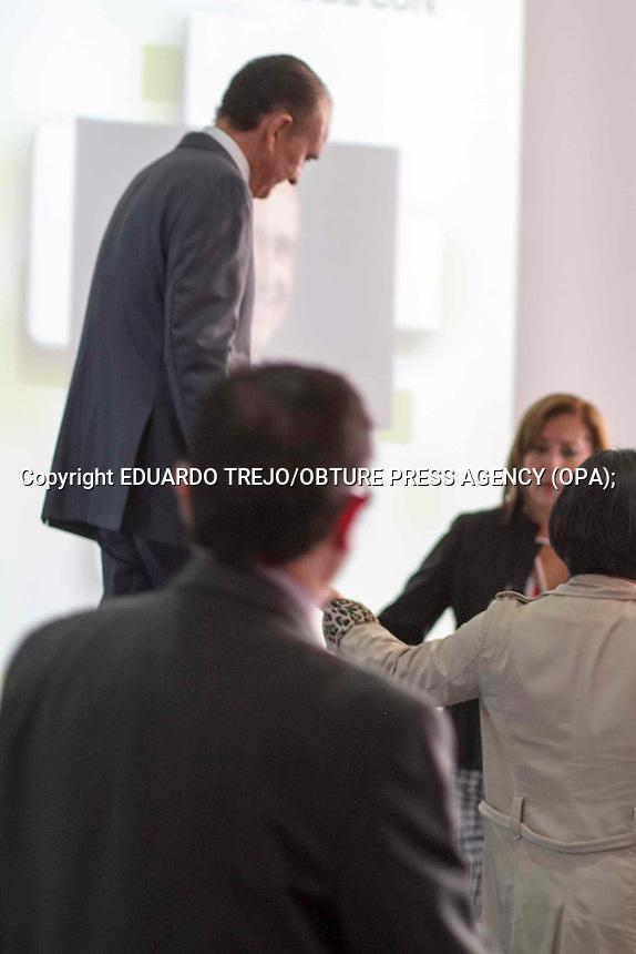 San Juan del R&iacute;o, Qro. 15 octubre 2014.- El comunicador Pedro Ferriz de Con debi&oacute; suspender una conferencia que ofrec&iacute;a a los alumnos del la Universidad Tecnol&oacute;gica de San Juan del R&iacute;o al sentirse mal.<br /> <br /> Tras unos minutos de haber iniciado su charla con los estudiantes, Ferriz de Con realizaba pausas muy prolongadas al hablar, finalmente pidi&oacute; disculpas al p&uacute;blico argumantando una baja en su presi&oacute;n arterial.<br /> <br /> Personal de la UTSJR y de su equipo de colaboradores le ayudaron a bajar del escenario.<br /> <br /> El personal que acompa&ntilde;a al Ingeniero Ferriz de Con evitaron a toda costa que la prensa tuviera cualquier acercamiento o se le tomaran fotos tras su desvanecimiento. Foto Eduardo Trejo /Obture Obure Press Agency