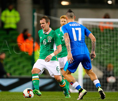 29.03.2016. Aviva Stadium, Dublin, Ireland. International Football Friendly Rep. of Ireland versus Slovakia. <br /> Glen Whelan (Rep. of Ireland) brings the ball out wide.