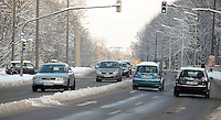 Nach ergiebigem Schneefall in den letzten Tagen sind die Leipziger Starßen noch  immer voll von Schnee. Die Beräumung dauert an. Beräumungszustand in Leipzig Schleußig - im Bild:  schneefreie Fahrt auf dem Schleußiger Weg.   Foto: Norman Rembarz..Norman Rembarz , Autorennummer 41043728 , Holbeinstr. 14, 04229 Leipzig, Tel.: 01794887569, Hypovereinsbank: BLZ: 86020086, KN: 357889472, St.Nr.: 231/261/06432 - Jegliche kommerzielle Nutzung ist honorar- und mehrwertsteuerpflichtig! Persönlichkeitsrechte sind zu wahren. Es wird keine Haftung übernommen bei Verletzung von Rechten Dritter. Autoren-Nennung gem. §13 UrhGes. wird verlangt. Weitergabe an Dritte nur nach  vorheriger Absprache..