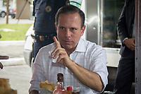 SÃO PAULO,SP, 10.03.2017 - DORIA-SP - O prefeito João Doria comendo pastel depois de visitar o protótipo de banheiro móvel, na feira livre do Estádio do Pacaembu, em São Paulo (SP), nesta sexta-feira (10). (Foto: Danilo Fernandes/Brazil Photo Press)