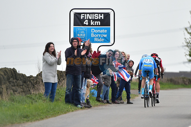 Fans cheer on the riders during Stage 3 of the Tour de Yorkshire 2017 running 194.5km from Bradford/Fox Valley to Sheffield, England. 30th April 2017. <br /> Picture: ASO/P.Ballet | Cyclefile<br /> <br /> <br /> All photos usage must carry mandatory copyright credit (&copy; Cyclefile | ASO/P.Ballet)