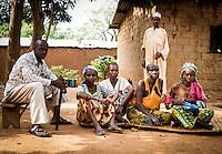 Die Christin Inzada Bouise (2.v.r.) lebt mit ihrer Tochter Valery (3.v.r.) in der muslimischen Nachbarschaft KM5 in Bangui, Zentralafrikanische Republik. Auch sie kann die Nachbarschaft nicht verlassen, die überwiegend aus Christen bestehende Anti-Balaka-Militia nimmt auch Christen ins Visier, die mit Muslimen kooperieren