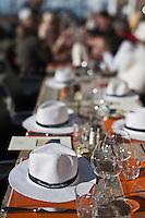 Europe/France/Rhône-Alpes/74/Haute-Savoie/Megève: Terrasse du Chalet d'altitude, restaurant: L'Idéal  1850 au sommet du Mont d'Arbois - les chapeaux sur les tables de la terrasse face au Mont-Blanc