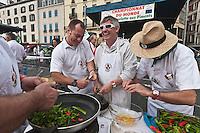 Europe/France/Aquitaine/64/Pyrénées-Atlantiques/Pays-Basque/Bayonne: Lors du Championnat du Monde d' omelette aux piments pendant les Fêtes de Bayonne  [Non destiné à un usage publicitaire - Not intended for an advertising use]