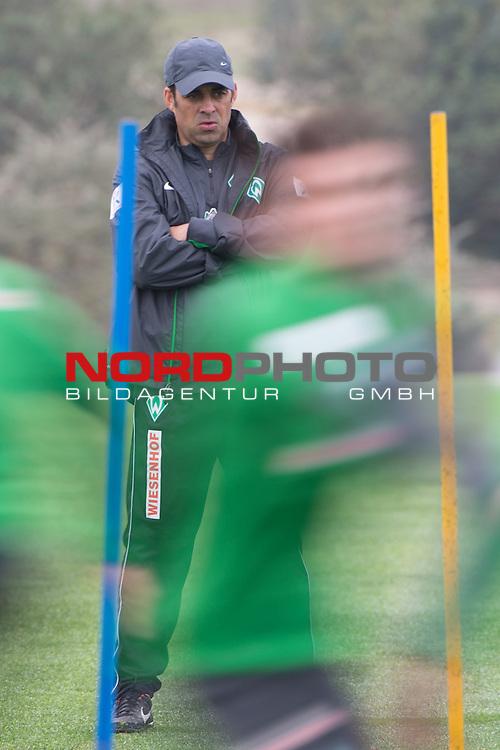 Trainingsgel&auml;nde, Jerez, ESP, 1.FBL, Trainingslager Werder Bremen 2014,  12.01.2014, <br /> <br /> Robin Dutt (Trainer Werder Bremen)<br /> Hochformat,<br /> wischer<br /> Mitzieher<br /> <br /> Foto &copy; nordphoto/ Kokenge