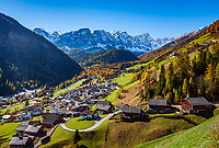 Italien, Suedtirol (Trentino - Alto Adige), Dolomiten, Campilltal: Bergsteigerdorf Campill vor der Puezgruppe | Italy, South Tyrol (Trentino - Alto Adige), Campill Valley (Val di Longiarù): mountain village Campill (Longiarù) and Puez mountains (Gruppo del Puez)