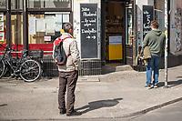 Alltag in Berlin waehrend der Corona-Krise am 16. April 2020.<br /> Im Bild: Menschen warten mit Abstand vor einem Gemueseladen in Berlin-Kreuzberg.<br /> 16.4.2020, Berlin<br /> Copyright: Christian-Ditsch.de<br /> [NUR FUER REDAKTIONELLE ZWECKE! Werbung nur auf Anfrage beim Fotografen. Inhaltsveraendernde Manipulation des Fotos nur nach ausdruecklicher Genehmigung des Fotografen. Vereinbarungen ueber Abtretung von Persoenlichkeitsrechten/Model Release der abgebildeten Person/Personen liegen nicht vor. NO MODEL RELEASE! Don't publish without copyright Christian-Ditsch.de, Veroeffentlichung nur mit Fotografennennung, sowie gegen Honorar, MwSt. und Beleg. Konto: I N G - D i B a, IBAN DE58500105175400192269, BIC INGDDEFFXXX, Kontakt: post@christian-ditsch.de<br /> Bei der Bearbeitung der Dateiinformationen darf die Urheberkennzeichnung in den EXIF- und  IPTC-Daten nicht entfernt werden, diese sind in digitalen Medien nach §95c UrhG rechtlich geschuetzt. Der Urhebervermerk wird gemaess §13 UrhG verlangt.]