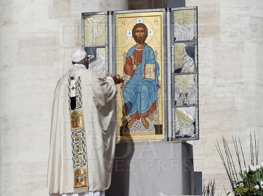 Papa Francesco celebra la Messa di Pasqua in piazza San Pietro, Citt&agrave; del Vaticano, 1 aprile 2018.<br /> Pope Francis celebrats the Easter mass in Saint Peter's square at the Vatican, on April 1, 2018.<br /> UPDATE IMAGES PRESS/Isabella Bonotto<br /> <br /> STRICTLY ONLY FOR EDITORIAL USE