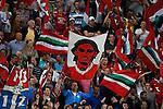 Nederland, Enschede, 30 augustus 2012.Europa League voorronde.FC Twente-Bursaspor (4-1).Supporters van FC Twente zwaaien met vlaggen. Op een van de vlaggen staat de beeltenis van Bryan Ruiz