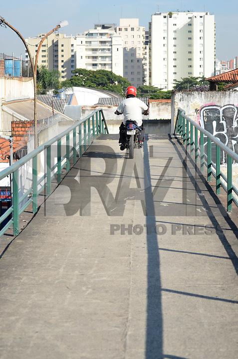 SAO PAULO, SP, 05 DE MARÇO DE 2013 - TRANSITO SP: Motociclista anda com a moto em passarela sobre a Av. Moreira Guimarães sentido centro, próximo ao aeroporto de Congonhas,  zona sul de São Paulo na manhã desta terça feira (05). (FOTO: LEVI BIANCO / BRAZIL PHOTO PRESS)