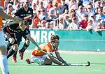 BLOEMENDAAL   - Hockey -  2e wedstrijd halve finale Play Offs heren. Bloemendaal-Amsterdam (2-2) . A'dam wint shoot outs. Manu Stockbroekx (Bldaal) met links Tijn Lissone (A'dam)  COPYRIGHT KOEN SUYK