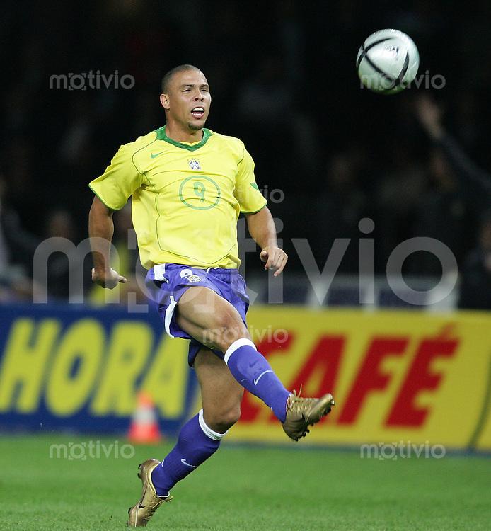 Fussball International Testspiel Deutschland 1-1 Brasilien Ronaldo (BRA) am Ball