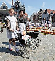 Nederland  Hoorn 2016.  Kaasmarkt in Hoorn. Kinderen in klederdracht.  Foto Berlinda van Dam / Hollandse Hoogte